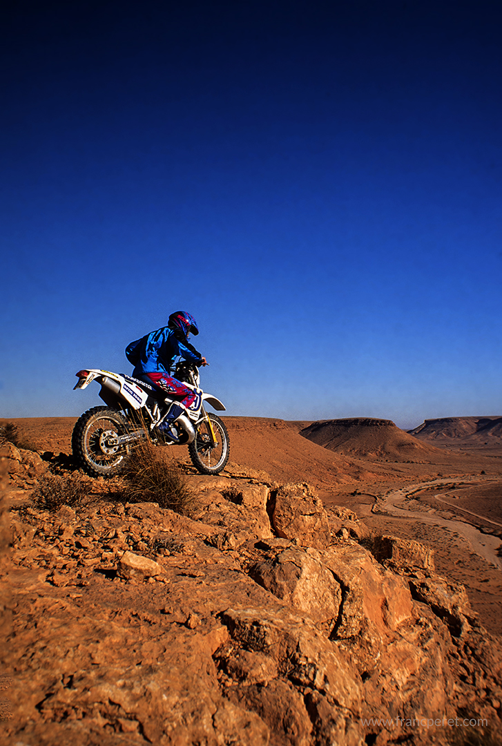 Discovering Tunisia as a journalist for a report on a Rally preparation riding on a powerful racing bike: Husqvarna 360cc 2 stroke.