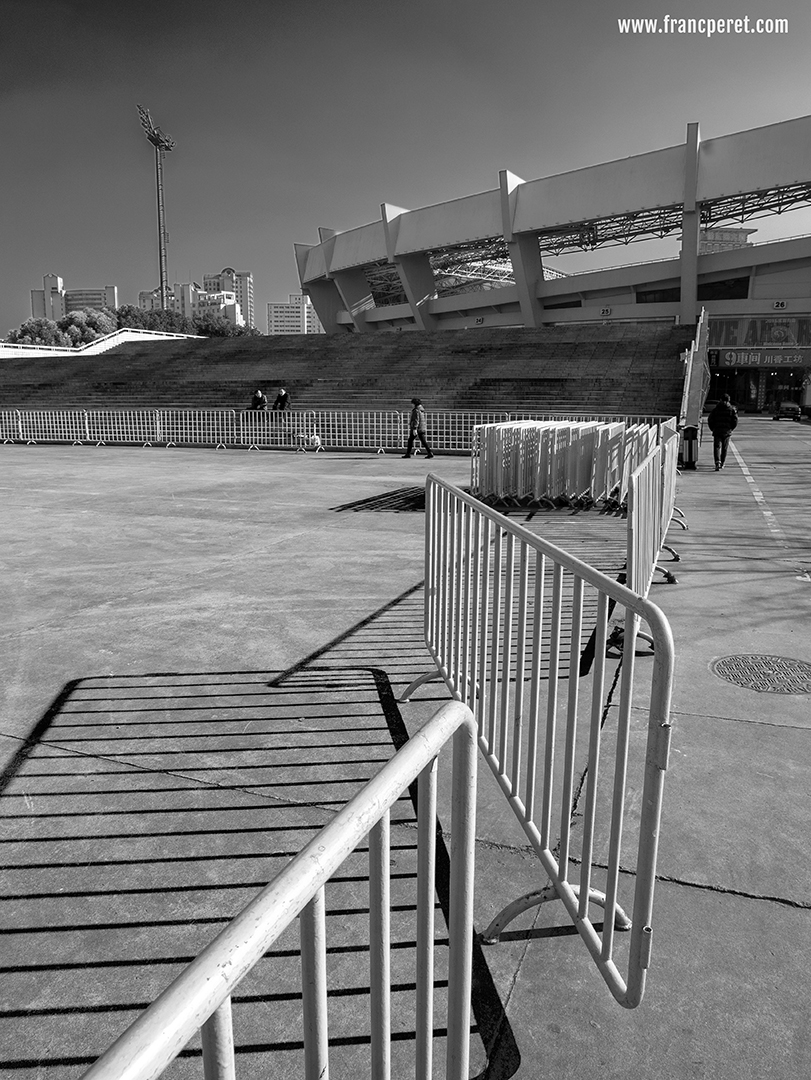By using a Yellow filter in my B&W post processing, I  did a double action: brightening up the barrier while darkening the sky a lot. I also reinforced the contrast to give more strength to the shadows in the foreground.