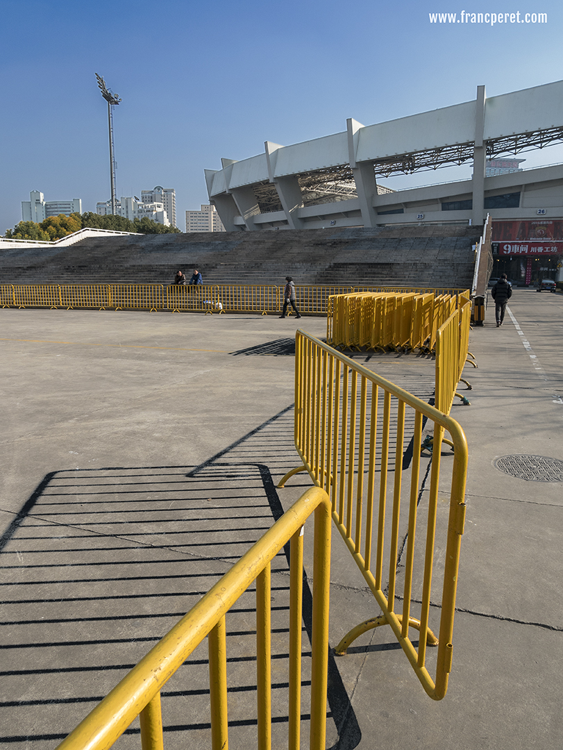The diverse structures (barrier, steps, wall, stadium...) the strong shadow and the presence of the 2 opposite colors (yellow and blue) attracted my B&W vision.